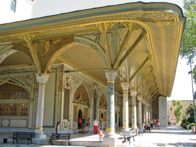 """The palaces of the elite and ruling classes are considered cultural heritage and are on most tourists' """"can't miss"""" lists. Topkapi Palace, Istanbul. Courtesy of Norbert Nagel, Wikimedia Commons."""